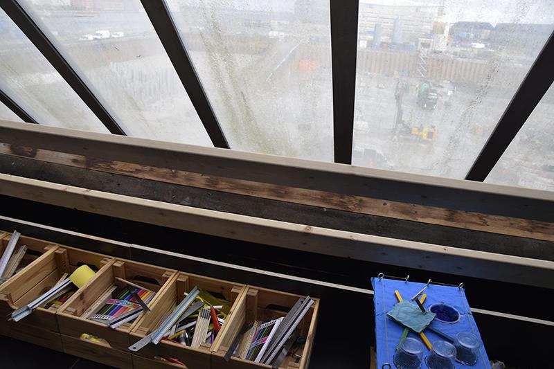 PAPIRØENS egen byggeskole. Materialer, udsigt ud af vindue.