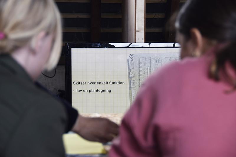 PAPIRØENS egen byggeskole. Skoleelever i Kedelsmedjen.