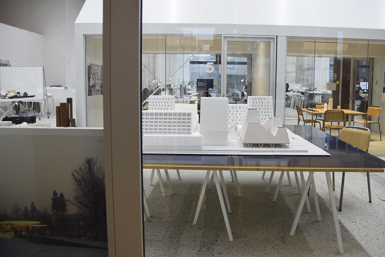 Model af PAPIRØEN ser ud fra et mødelokale