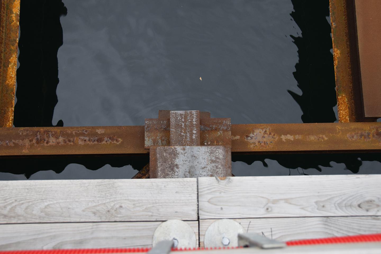 Kig fra skurbyen ned i vandet PAPIRØENS byggeplads