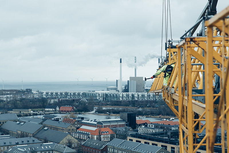 PAPIRØEN - opbygning af tårnkran på byggeplads.