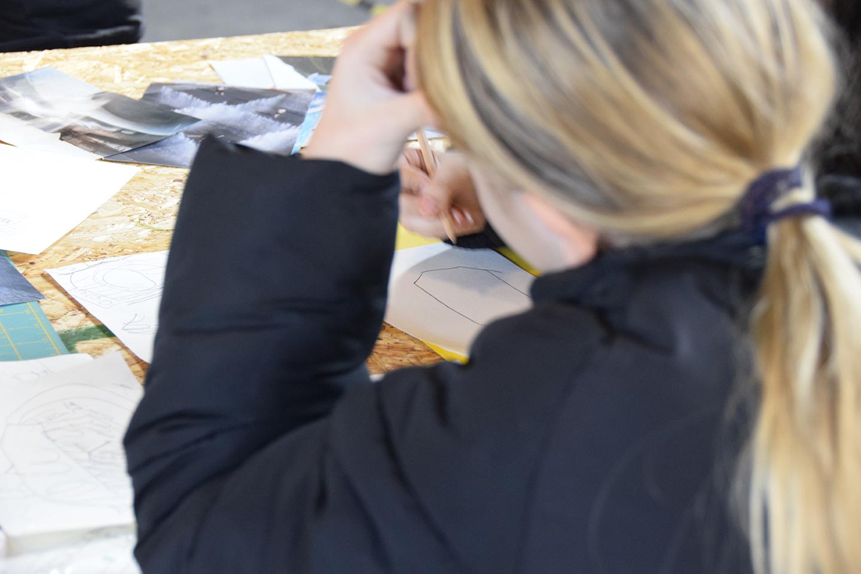 PAPIRØENS egen byggeskole. Skoleelever tegner.