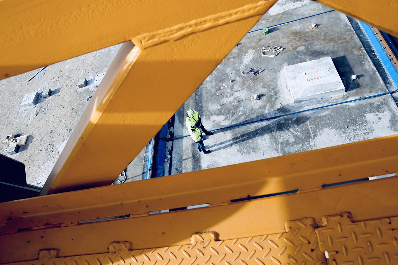 PAPIRØEN udsigt ned på byggeplads fra kran.