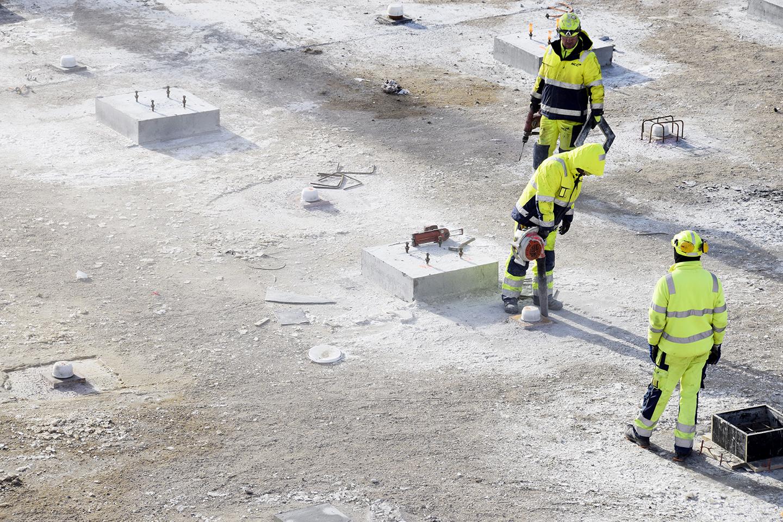 PAPIRØEN - NCC folk renser områder omkring søjlefundamenter.