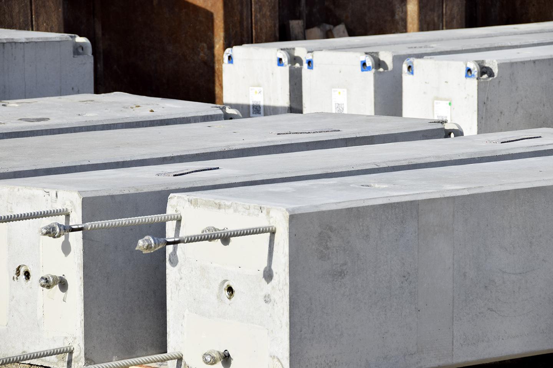 PAPIRØEN - søjlelementer venter på at blive monteret.