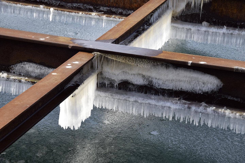 PAPIRØEN - is på bjælker ved vandet.