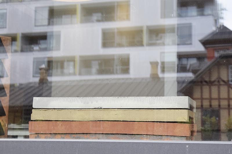 PAPIRØEN - mursten i vinduet hos Petersen Tegls showroom i København.
