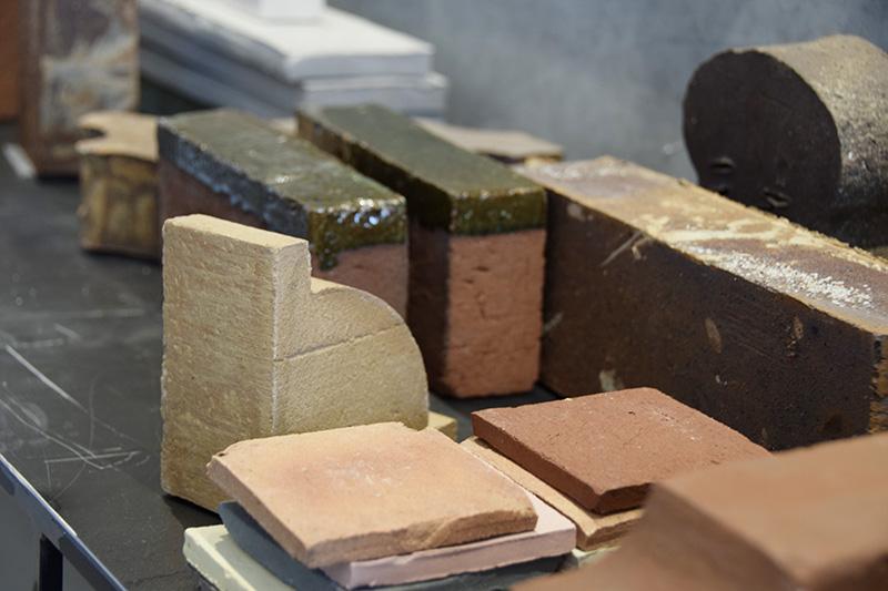 Materialeprøver i showroom hos Petersen Tegl.