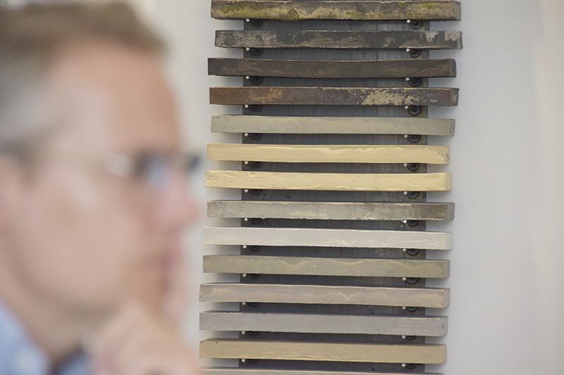 Materialeprøver i showroom hos Petersen Tegl. Christian Harris i forgrunden.