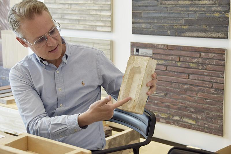 PAPIRØEN - Christian Harris fra Petersen Tegl viser uddybningen i Christiansholmerstenen.