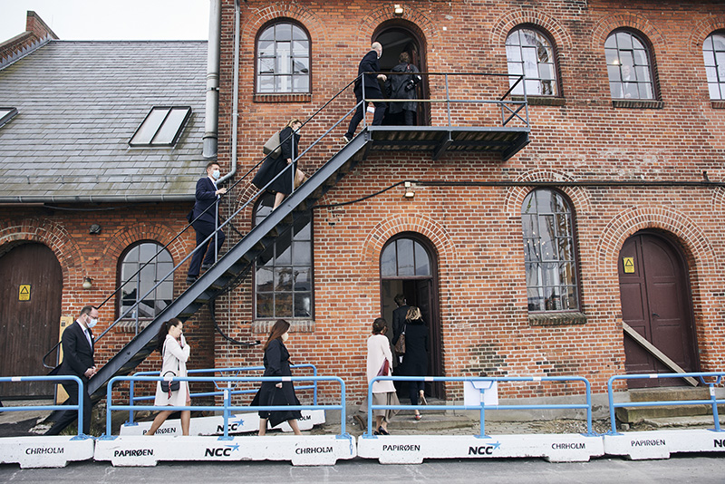 PAPIRØEN - Kedelsmedjen. Statebesøg. Folk på trappe.