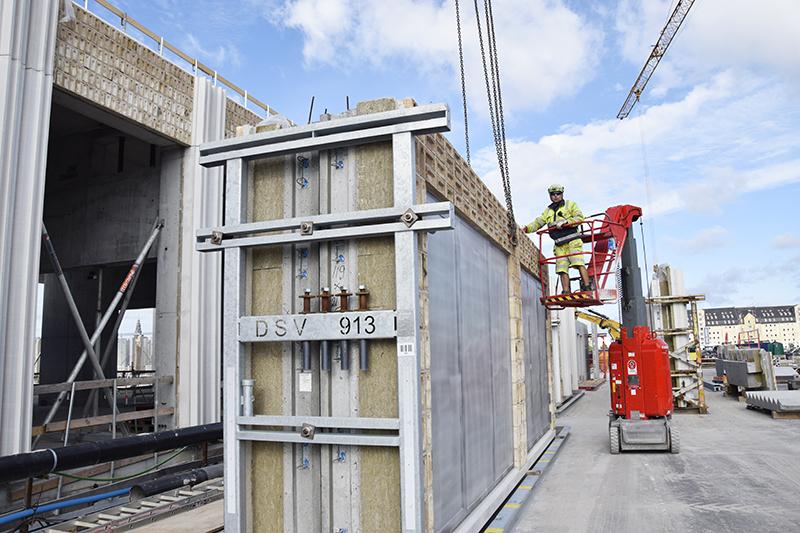 Papirøen - facadeelementer gøres klar til at blive løftet på plads.